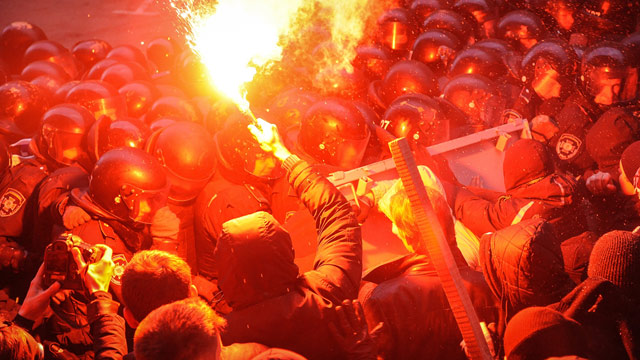 Protesters clash with police in Kiev