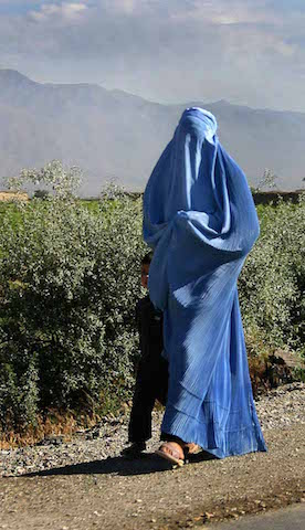 Woman_walking_in_Afghanistan
