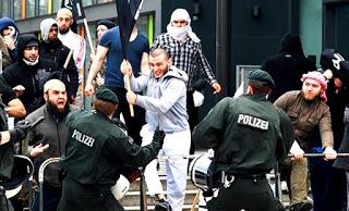 muslim-migrants-hungary-shout-allahu-ackbar-islam-isis
