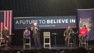 Photo of At the Apollo Theater, Bernie Sanders Slams the Clintons on Race